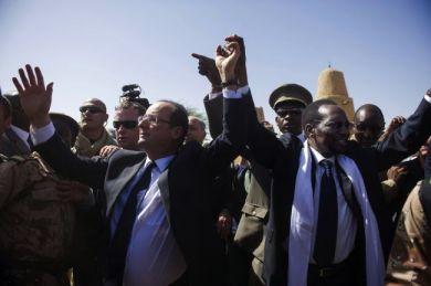 El presidente de Francia, François Hollande, junto con el presidente de Malí, Dioncounda Traore, en el aeropuerto de Timbuktu.