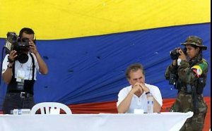 """Famosa imagen de la """"Silla Vacía"""" de Tirofijo en el marco de los diálogos de paz entre el Gobierno de Andrés Pastrana y las FARC en el Caguán. Foto: Archivo El Colombiano"""