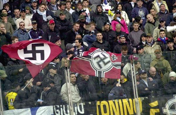 Las simbologías racistas, como las esvásticas o las cruces célticas, están prohibidas en las gradas, según la FIFA. Pero aun así, pueden verse por todas las gradas.