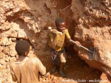 Niños trabajando en mina de Coltán - Fuente: Mvemba Dizolele/dizolele.com