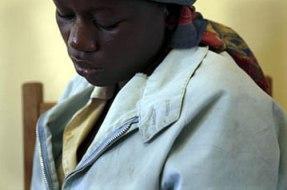 Mujer víctima de violación en recuperación en el hospital de Goma, Kivu del Norte. Foto: AP/Gary Knight