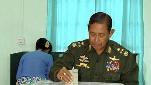 El jefe del Ejército birmano, el general Maung Aye, deposita su voto en una urna en un colegio de Naypyitaw (2010). Fuente: ABC http://bit.ly/102o9au