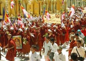 Monjes durante la Revolución del Azafrán. Fuente: Foro para una Democracia Segura http://bit.ly/19n5Eya