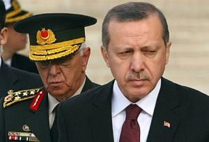 El actual Primer Ministro Erdogan (islamista) junto a un General de la cúpula militar turca (secular); una fotografía que simboliza a las dos principales fuerzas antagónicas en Turquía. Fuente: Milenio.com