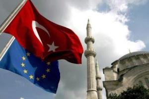 El posible ingreso de Turquía en la UE fue un ambicioso proyecto del Primer Ministro Erdogan apoyado por una amplia mayoría ciudadana que sentía ese fuerte vínculo con Europa. Sin embargo, en unos pocos años la sociedad turca se ha vuelto mucho mas euroescéptica. Fuente: Anónima.