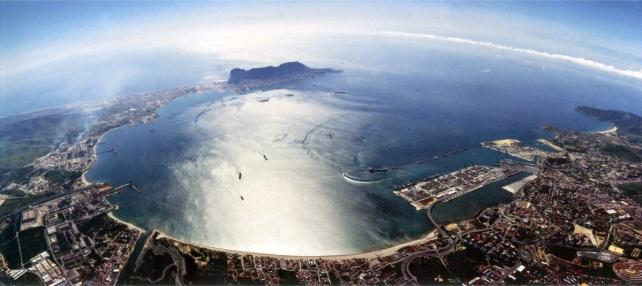 La bahía de Algeciras, cuyas aguas protagonizan el actual encontronazo entre España y Gibraltar (al fondo). | Fuente: Junta de Andalucía