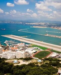 A Franco no le importó mucho mirar para otro lado mientras se iniciaba la construcción del aeropuerto de Gibraltar para no enemistarse con los británicos, de los que dependía ya que eran los garantes del bloqueo de armas al régimen legítimo republicano español. Fuente: Sextaestrella.com