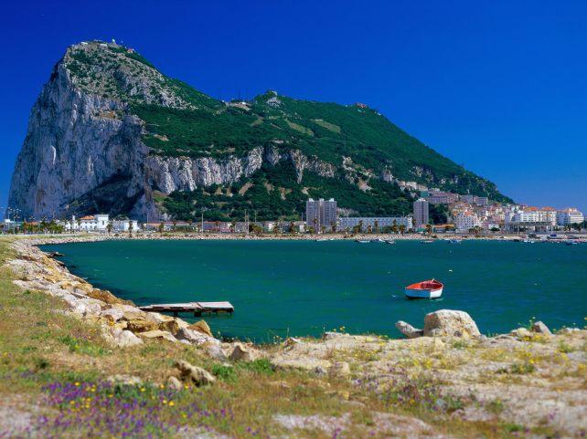 El Peñón de Gibraltar lleva décadas siendo utilizado por la derecha española como aglutinante y elemento de distracción, al mismo tiempo que como arma arrojadiza frente a aquéllos que no apoyan su idea de España. Fuente: Cádizguía.es.