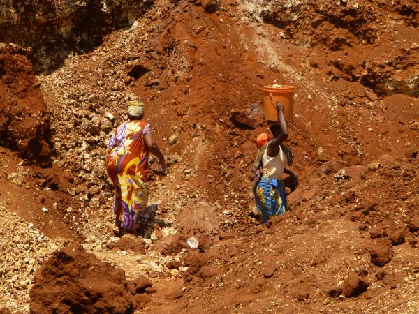 Mujeres trabajando bajo el sol en la cantera de Mtongani. | Fuente: Aideen Kennedy.