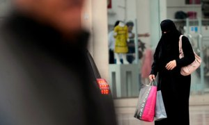 Las mujeres saudíes necesitan permiso de sus tutores o representantes legales para viajar al extranjero.| Fuente: Fayez Nureldine (AFP)
