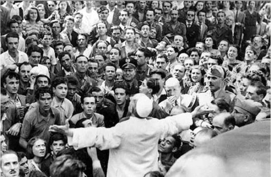 El Papa Pío XII reuniéndose junto al pueblo de Roma en pleno bombardeo del barrio de San Lorenzo durante la II Guerra Mundial. Fuente: Panorama Católico.