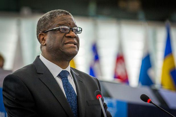 Momento en el que Denis Mukwege recibe, en la sede del Parlamento Europeo de Estrasburgo, el premio Sájarov 2014 | Fuente: © Claude Truong-Ngoc / Wikimedia Commons