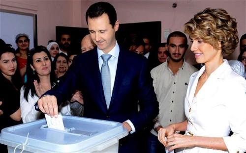 El presidente sirio Bachar Al Asad junto a su esposa Asma votando en las elecciones presidenciales de 2014. Fuente: Telegraph.