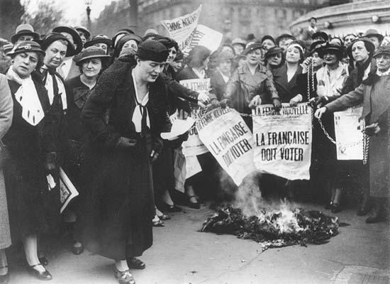 Manifestación feminista en la Plaza de la Bastilla en Paris, 1934. Fuente: Wikimedia